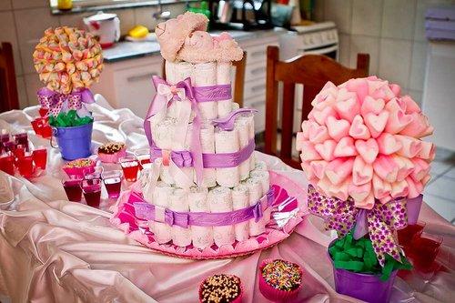 Decoração rosa com bolo de fraldas
