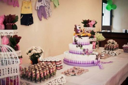 Decoração roxa com bolo de fraldas e lembrancinhas