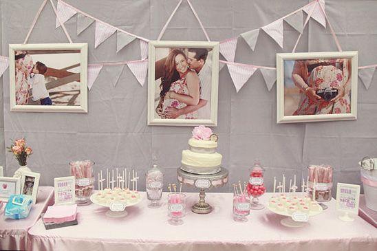 Decoração com fotos do casal e bandeirinhas