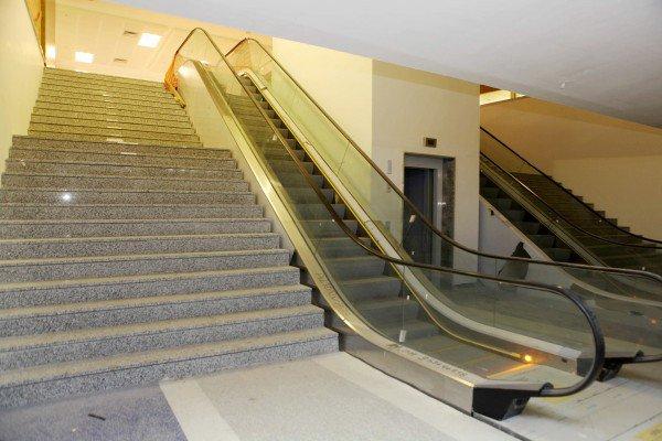Escada e escada rolante