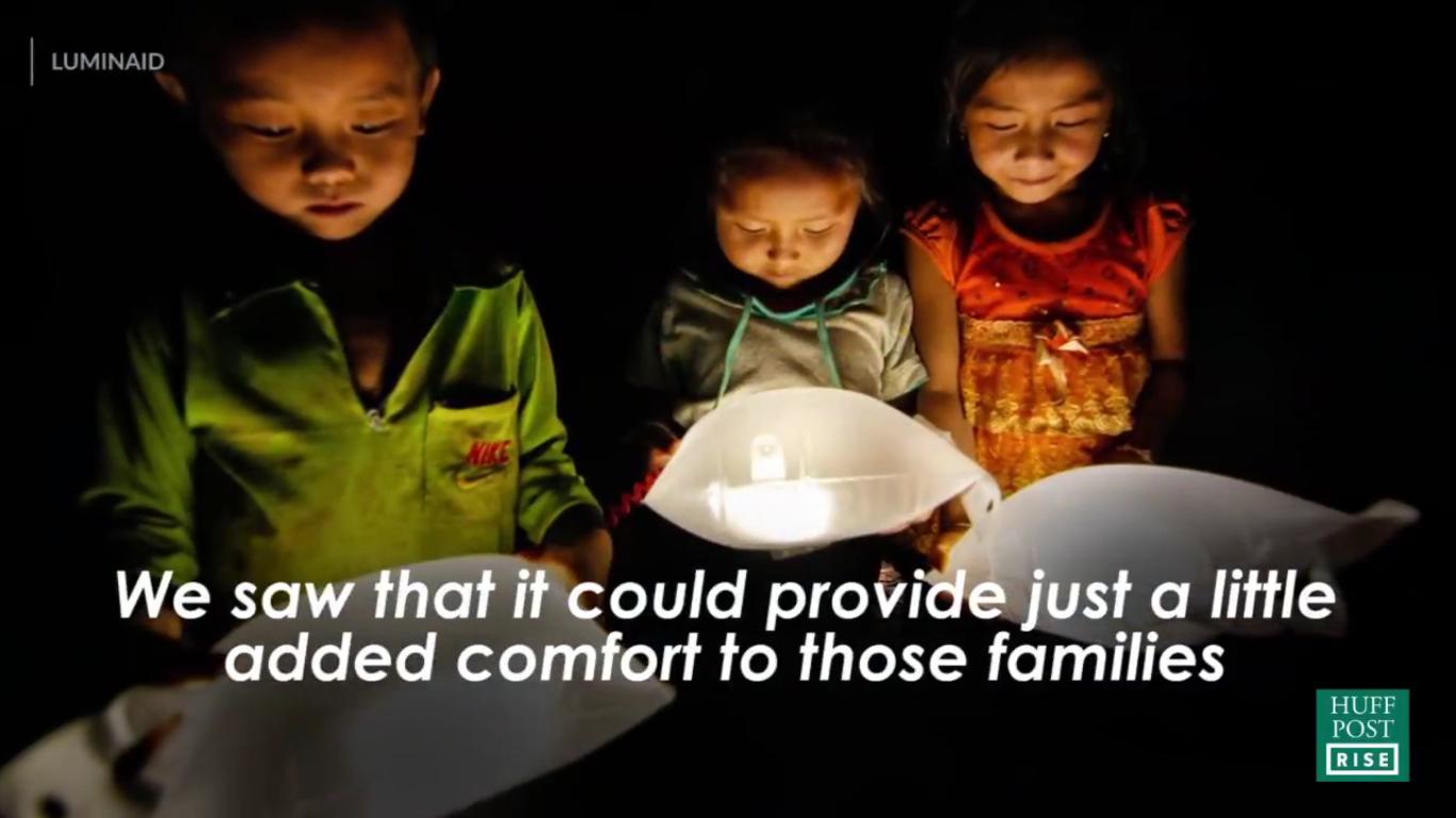 Crianças com Luminárias solares no Haiti