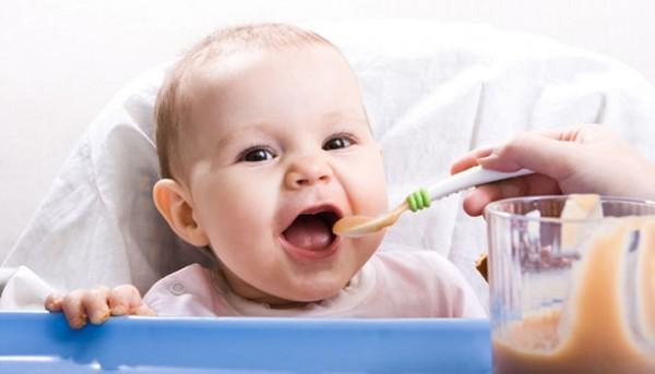 Bebe comendo papinha