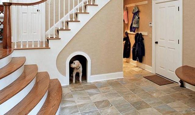 Casinha em baixo da escada.