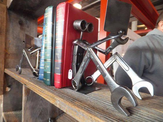 Apoiador de livros com chaves de boca