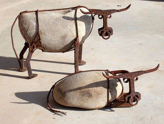 Vacas de metal e pedra