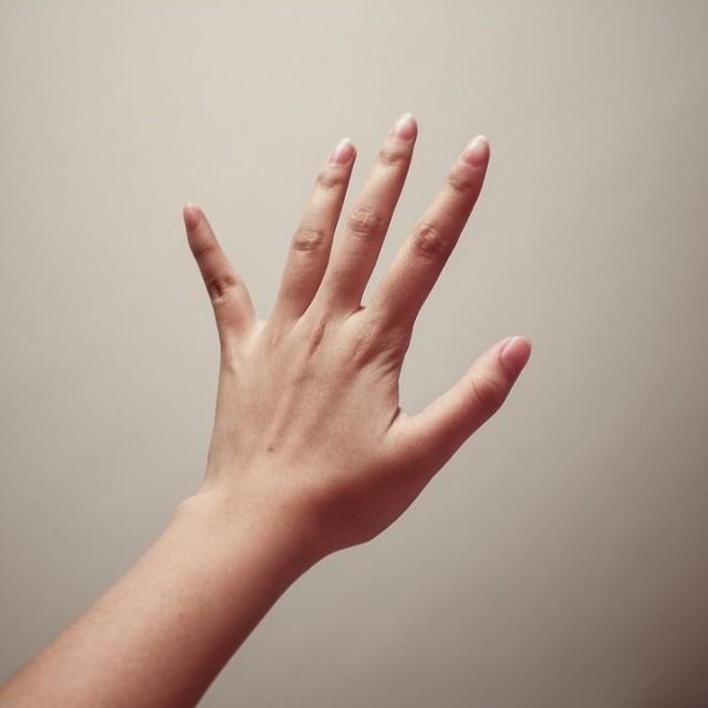 Estalar os dedos causa artrite?