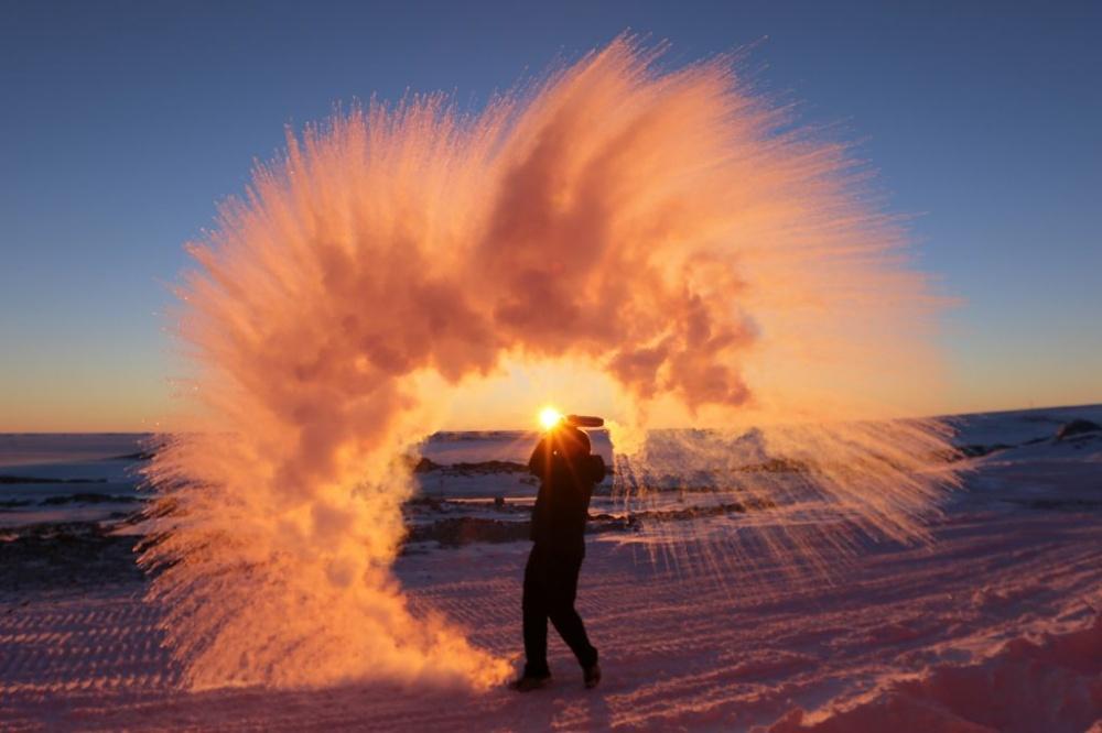 Isso é água quente sendo jogada no ar da Antártida.