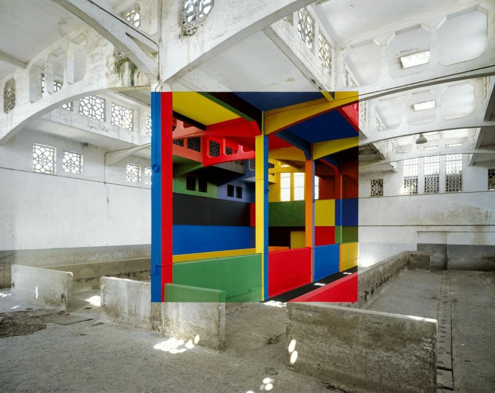 O artista Georges Rousse, cria sua arte em prédios abandonados.