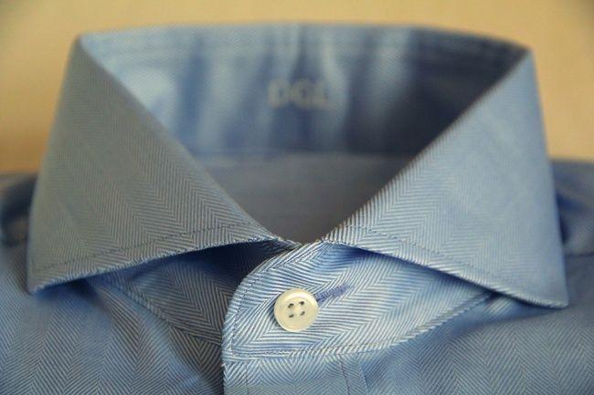 Buraco horizontal na camisa social.