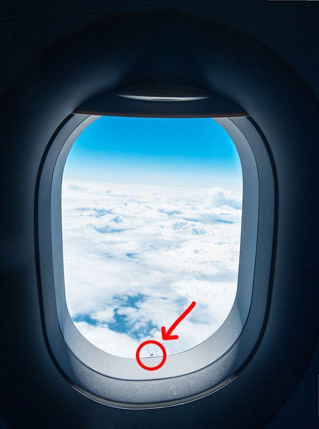 O furinho na janela do avião.