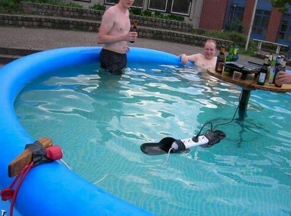 Churrasqueira elétrica na piscina.