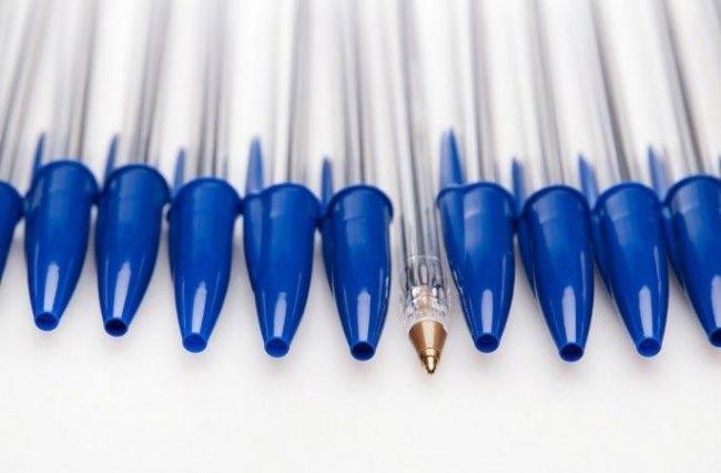 O furo na tampa da caneta.