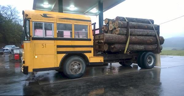 Ônibus de transporte de madeira.