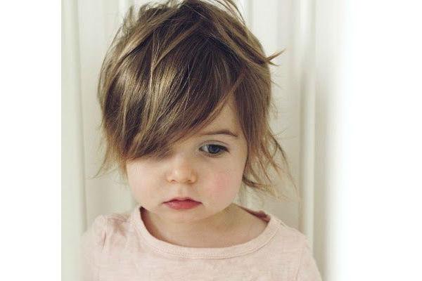 Corte de cabelo para meninas - Curto com franja sobre o olho